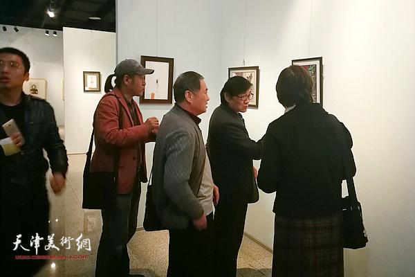 插图·装帧艺委会委员们与参展师生一起参观展览