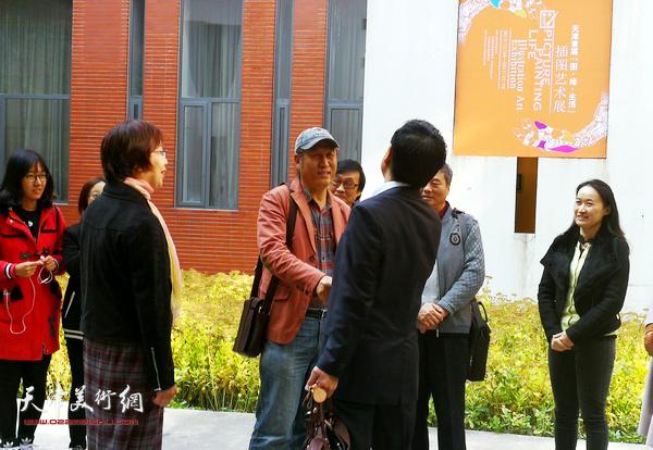 王刚、王玲和杜森在展览开幕式上