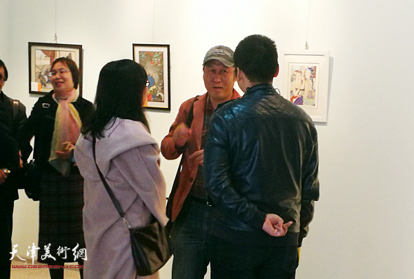 王刚在展览现场与观众交流。
