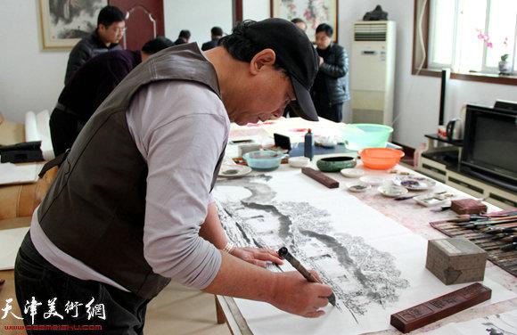 郭凤祥在作画