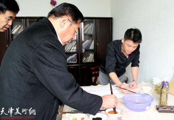 赵俊山在作画