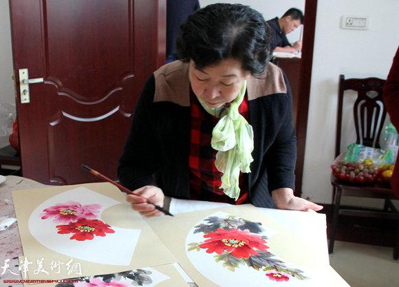 冯字锦在作画