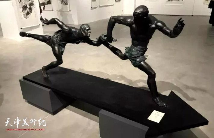 景育民《漫长的接力》雕塑 200×50×80cm