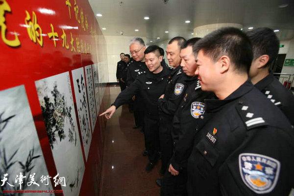 图为广大干部、民警在观赏展出的作品。