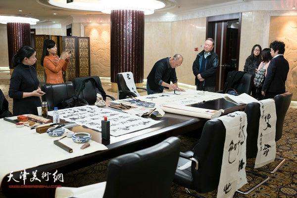 南开大学秀山画会携手交通银行共建艺术交流空间首场活动现场。