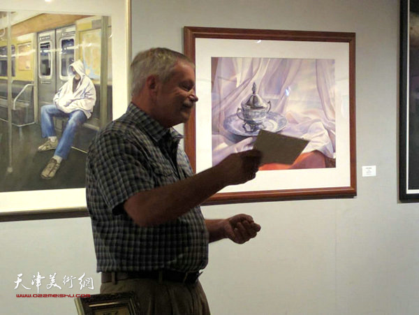 美国东北水彩画协会主席  Richard  Price 在开幕式上讲话