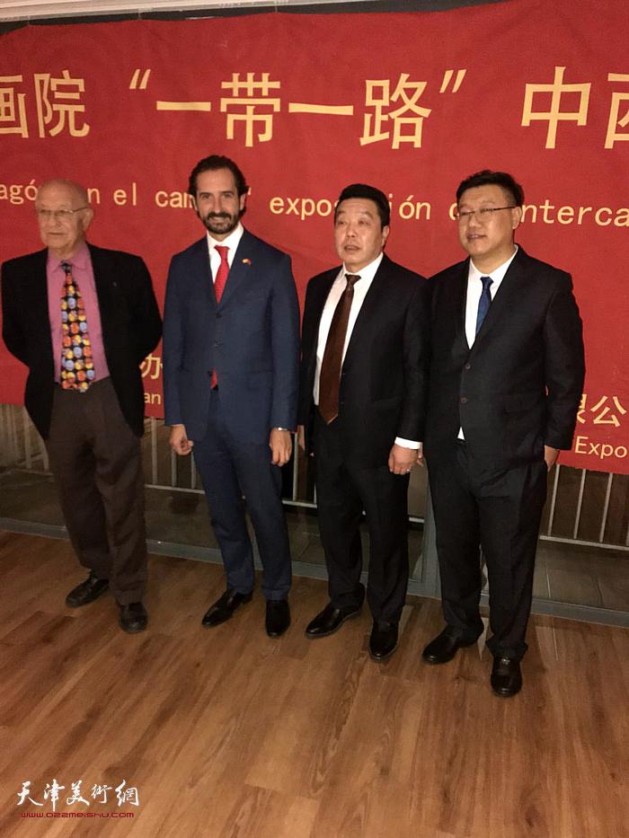 天津巨龙画院院长张维(右二)在画展现场。