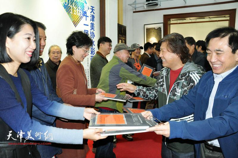 姜中立、王文元等向获奖代表颁发证书。