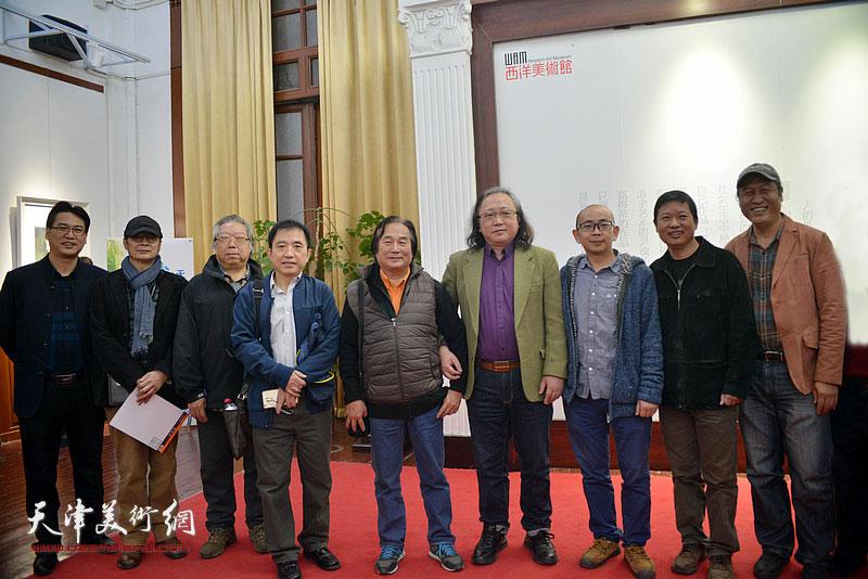 左起:滑寒冰、贾建东、石增琇、王文元、陈重武、朱志刚、阚传好、魏瑞江、王刚在画展现场。