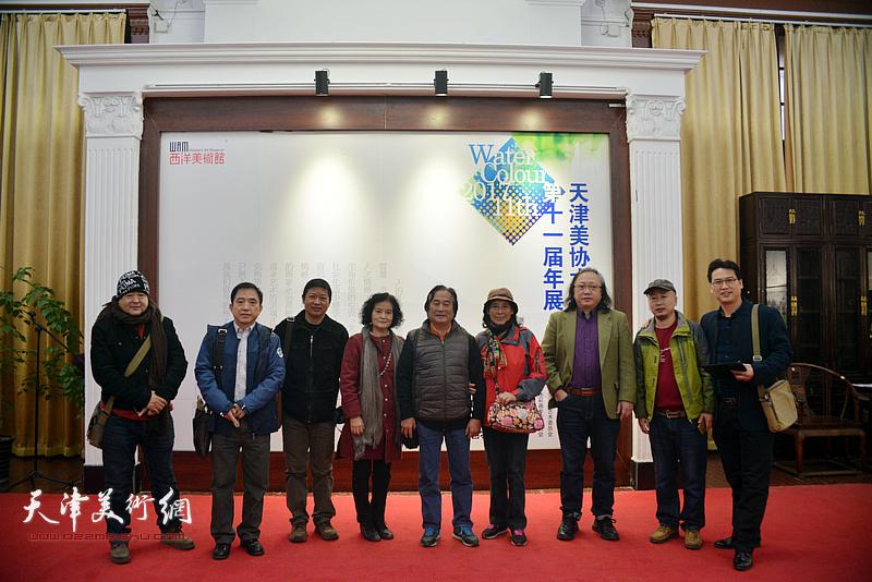 左起:蒋长虹、王文元、魏瑞江、田同芬、陈重武夫妇、朱志刚、路学正、滑寒冰在画展现场。