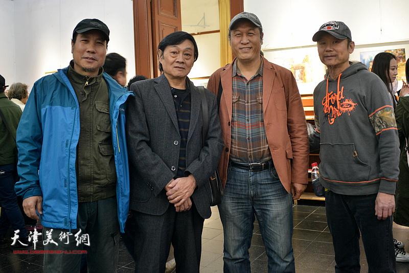 左起:杨俊甫、琚俊雄、王刚、王岩明在画展现场。