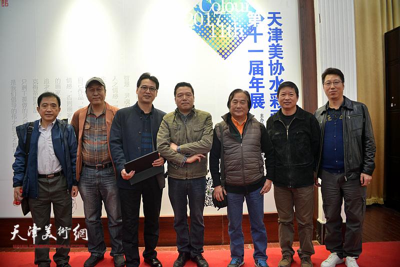陈重武、董克诚、王刚、王文元、魏瑞江、滑寒冰在画展现场。