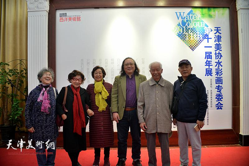 朱志刚与庄征、杨健等在画展现场。