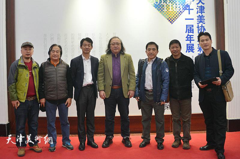 左起:路学正、陈重武、李响、朱志刚、王文元、魏瑞江、滑寒冰在画展现场。