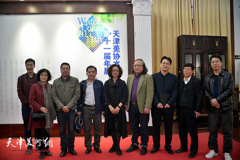 朱志刚、董克诚、王文元、杨俊甫、田同芬、陶香莲、刘天祥在画展现场。