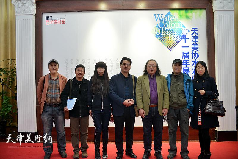 左起:王刚、魏瑞江、张莉、滑寒冰、朱志刚、杨俊甫、孟媛媛在画展现场。