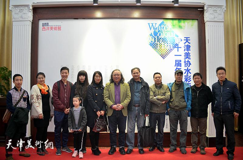 朱志刚、董克诚、魏瑞江、杨俊甫、乔雨林、刘天祥与来宾在画展现场。