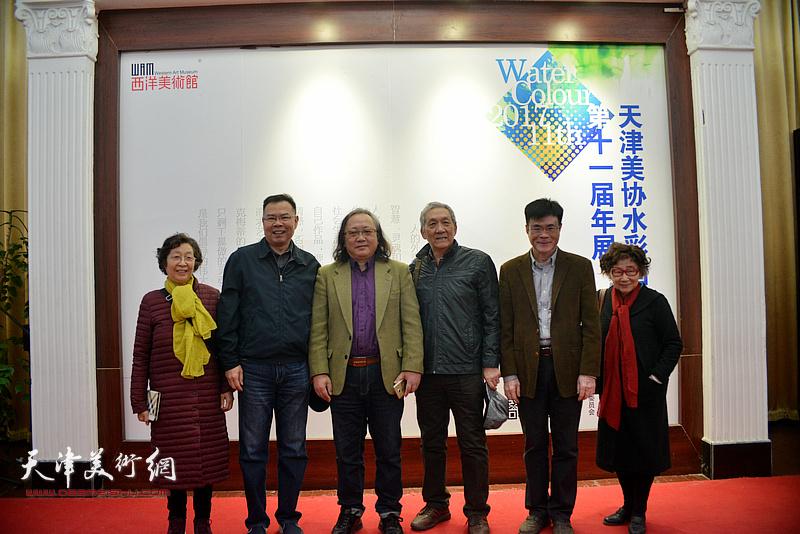 朱志刚与参展作者、来宾在画展现场。