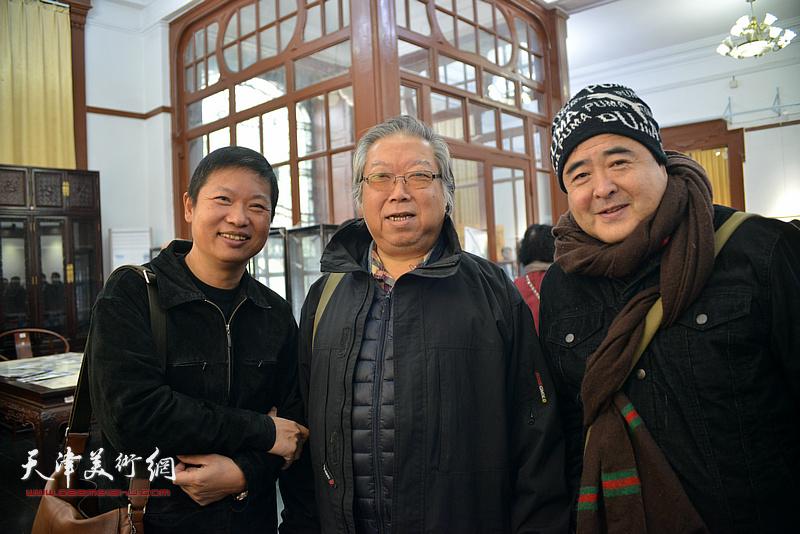 石增琇、蒋长虹、魏瑞江在画展现场。