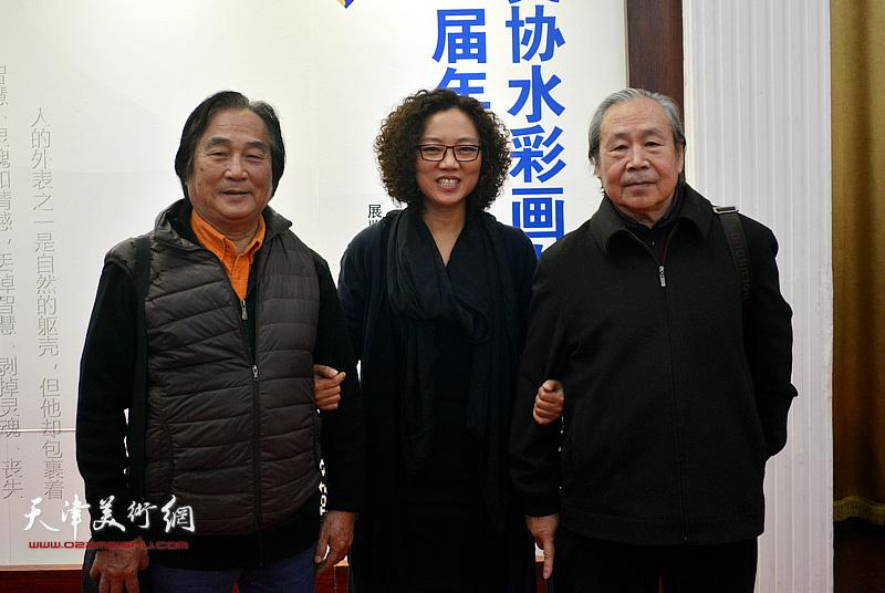 陈重武、李宗儒、陶香莲在画展现场。