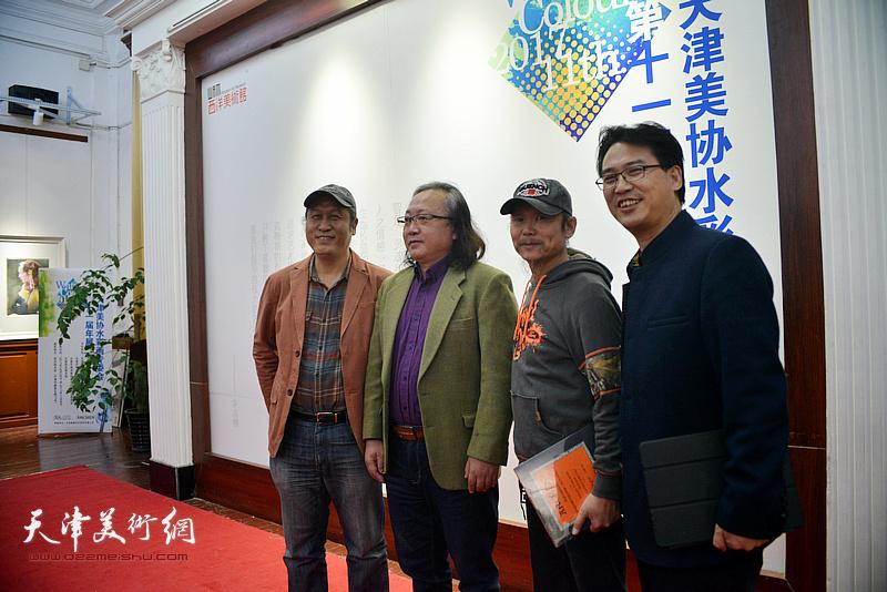朱志刚、王刚、滑寒冰、王岩明在画展现场。