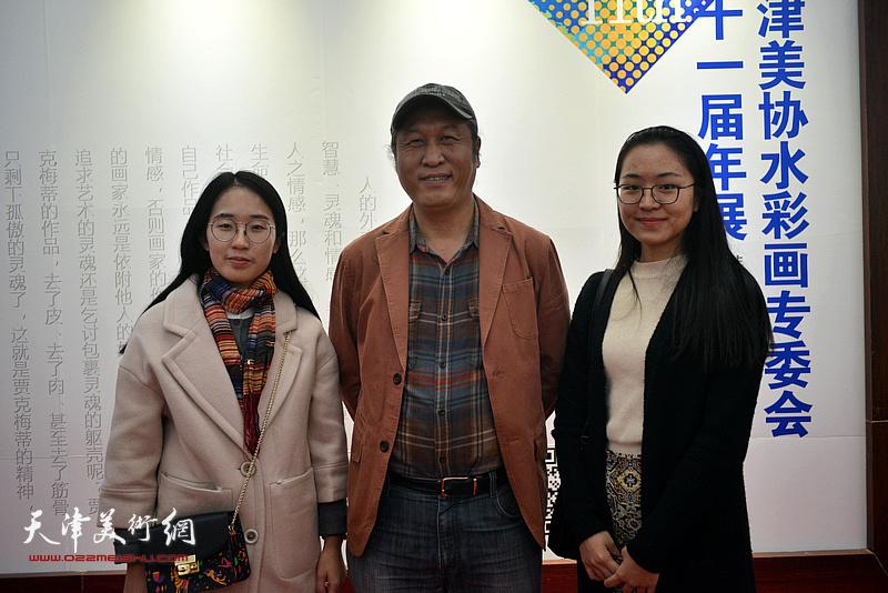 王刚、王懿瑄、王丹在画展现场。
