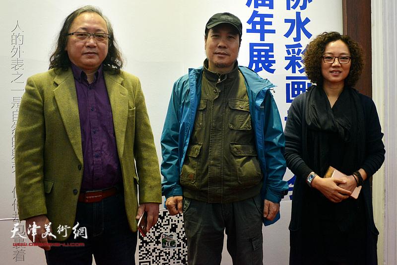 朱志刚、杨俊甫、陶香莲在画展现场。
