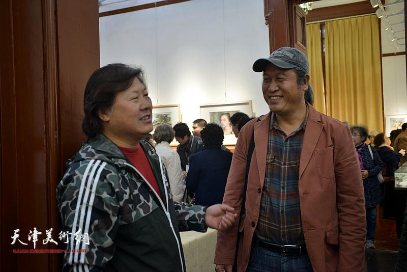 姜中立、王刚在画展现场。