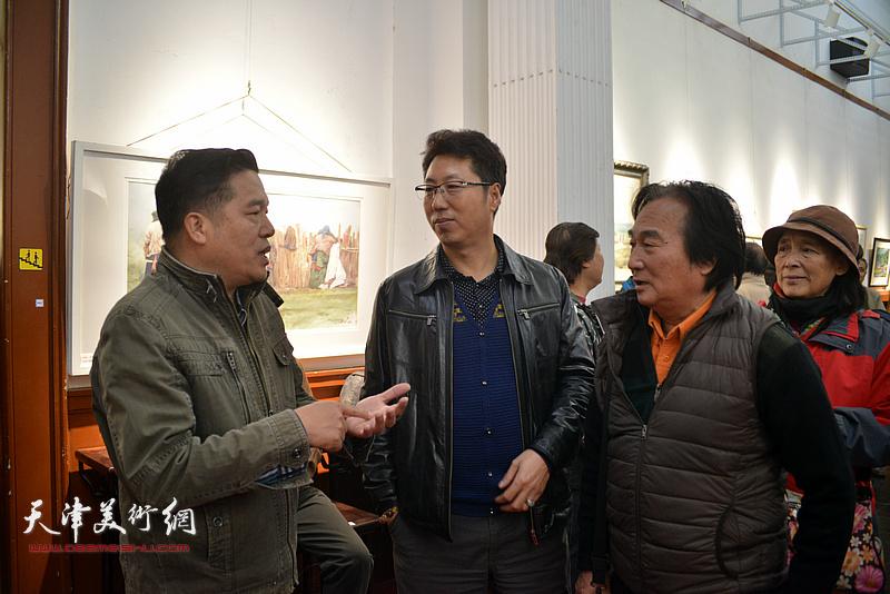 董克诚、陈重武等在画展现场交流。