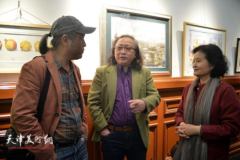 朱志刚、王刚、田同芬在画展现场交流。