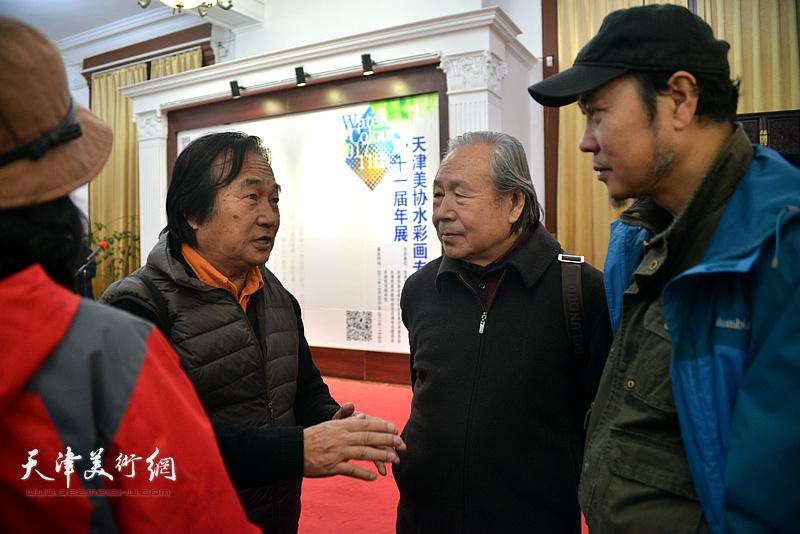 陈重武、李宗儒、杨俊甫在画展现场交流。