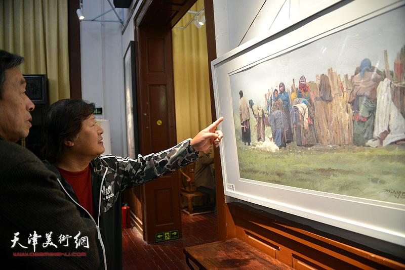 姜中立观赏展出的作品。