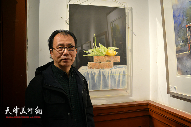 庞恩昌在展出的作品前。