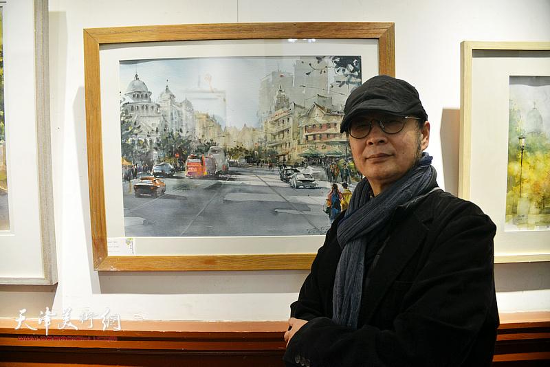 贾建东在展出的作品前。