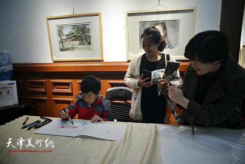 喜欢画画的小朋友也拿起了水彩笔。