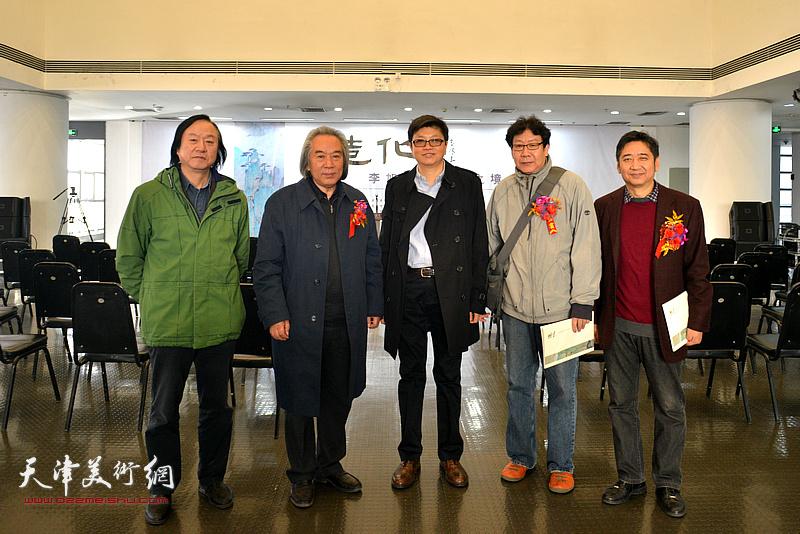 左起:李志强、霍春阳、李旭飞、晏平、王爱宗在画展现场。
