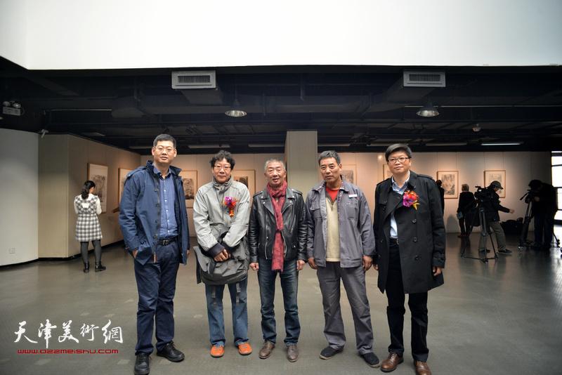 左起:宋桂展、晏平、邓国源、李宏玉、李旭飞在画展现场。