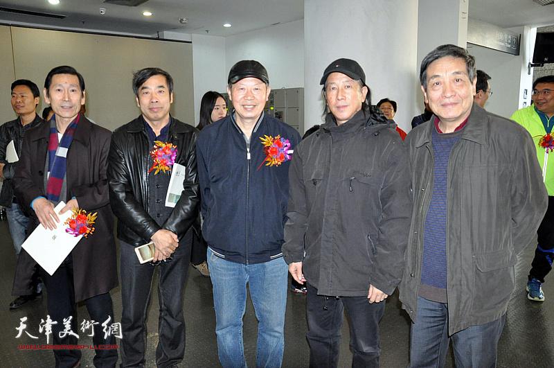 左起:田宝江、陆家明、邬海清、周世麟、李炳训在画展现场。