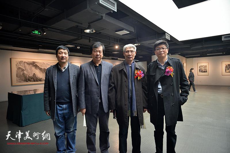 左起:李华栋、史振岭、杨德树、李旭飞在画展现场