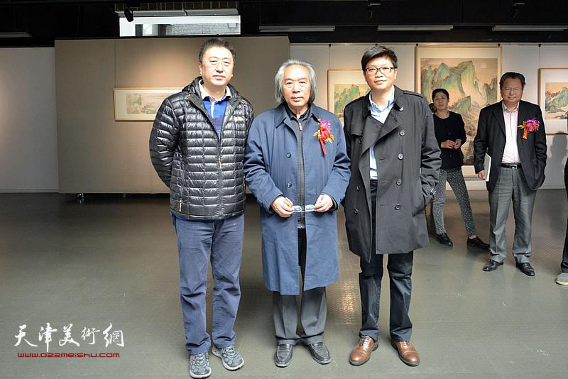 左起:李欣、霍春阳、李旭飞在画展现场。