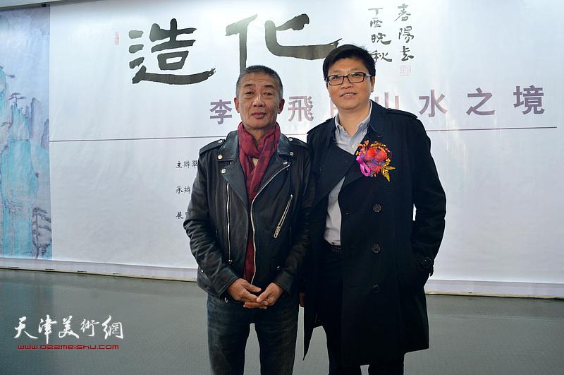 李旭飞与邓国源在画展现场。