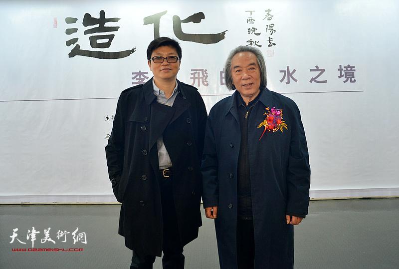 李旭飞与霍春阳在画展现场。