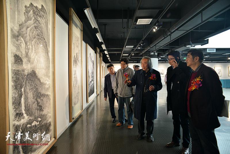 李旭飞陪同霍春阳、晏平、王爱宗、张养峰观赏展出的作品。