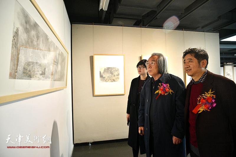 李旭飞陪同霍春阳观赏展出的作品。