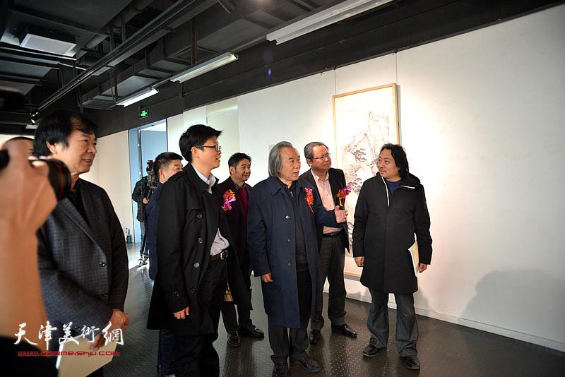 李旭飞陪同杨德树、霍春阳、史振岭观赏展出的作品。