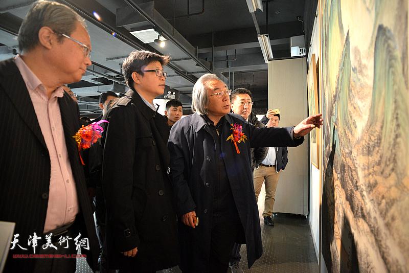 李旭飞陪同霍春阳观赏作品。