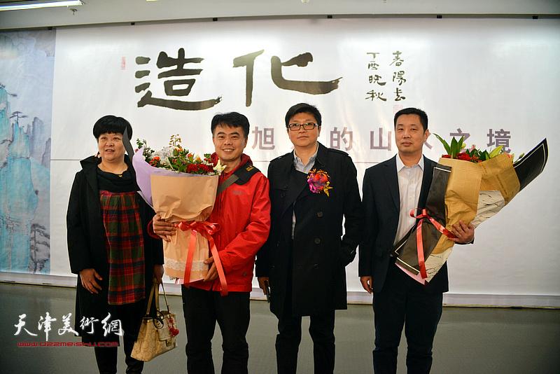 热心观众为画展献上了献花。