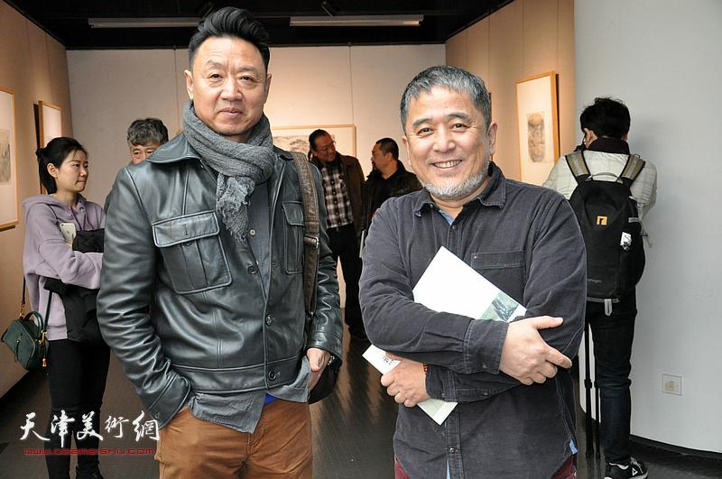 范敏、李旺在画展现场。