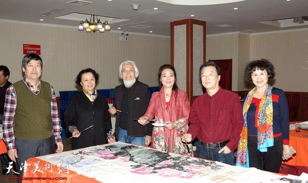 左起:陈元龙、冼艳萍、李庆增、赵满云、杨建国等现场作画。
