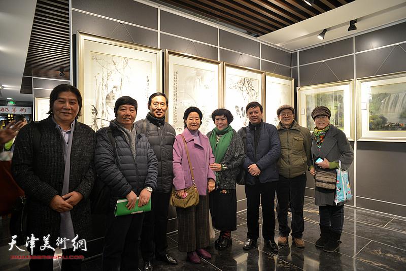 左起:高学年、王惠民、钱桂芳、曹秀荣、史玉、李根友、尚金声在画展现场。